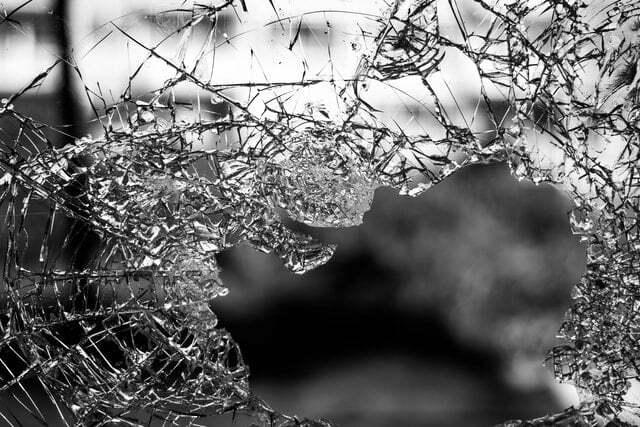 Ein Schwarz-Weiß-Bild eines eingeschlagenen Glasfensters