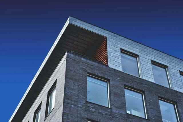 Ein modernes Haus mit Flachdach und großen Fenstern