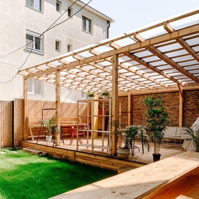 Eine Terrasse wurde mit Plexiglas bedeckt