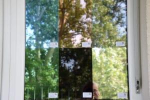 Ein Fenster mit sechs verschiedenfarbigen Folien