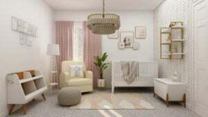 Ein Kinderzimmer mit gemusterten Wänden, einer Krippe und rosa Vorhängen