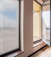 Sicht- und Sonnenschutzfolie auf einem Fenster montiert